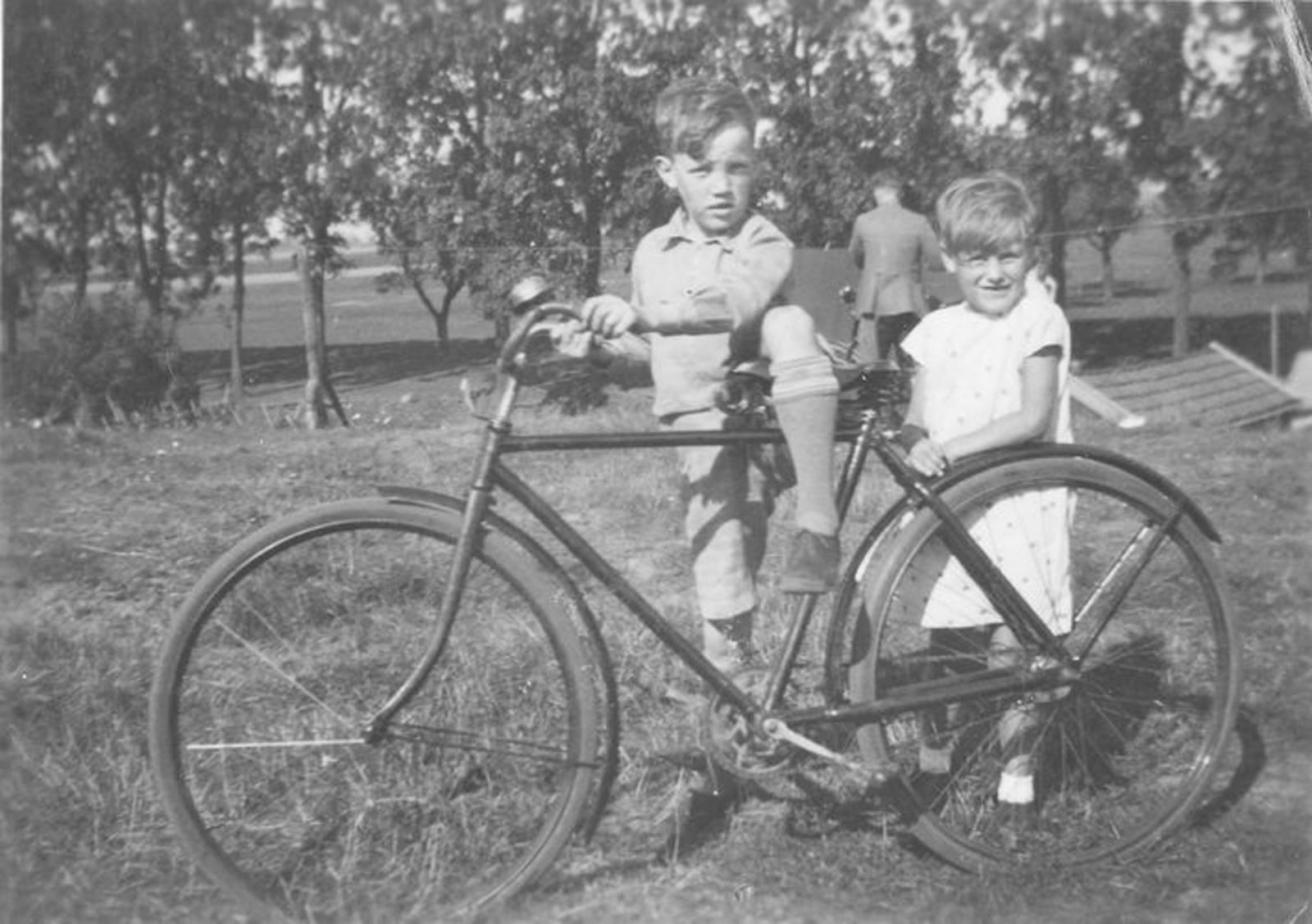 09 Wies Jan 1932± op fiets met zussie Nel