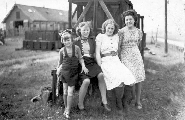 10 Wies Nel 1940 met Marie ea op Bomkisten bij Fort Aalsmeerderdijk