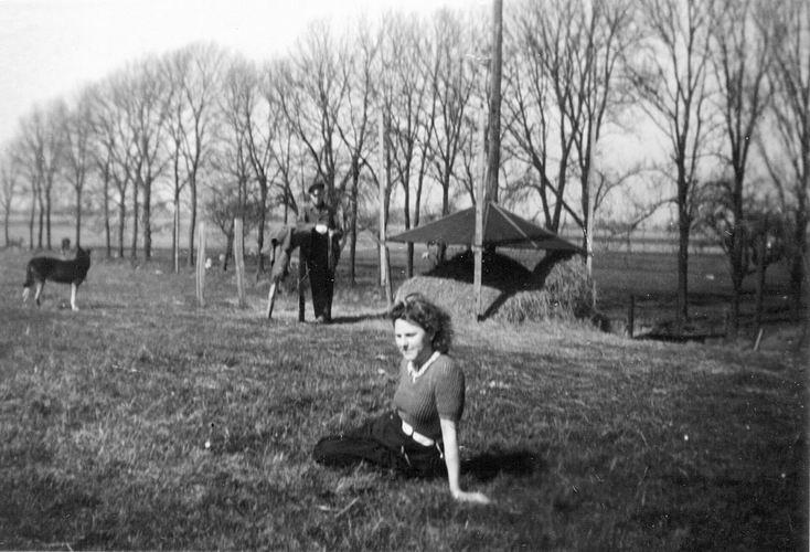 10 Wies Nel 194_ met Jan boven aan de klucht bij Fort Aalsmeerderdijk