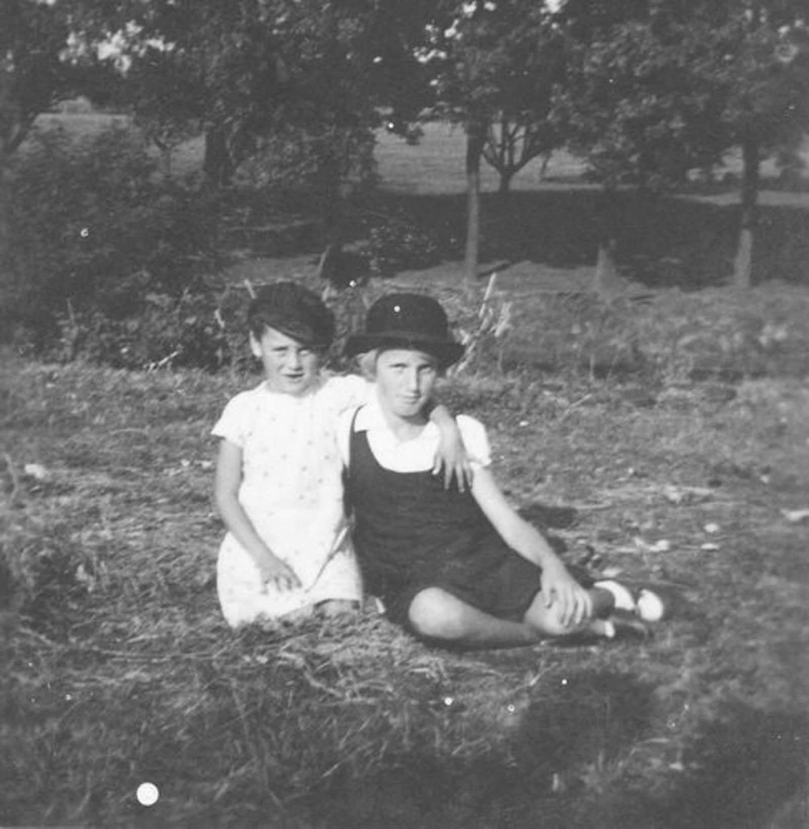 10 Wies Nel 1930± met zus Sien