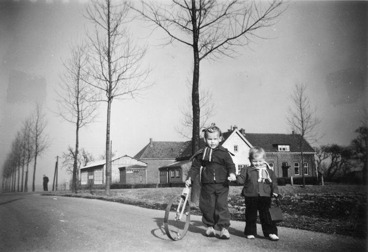 11 Wies Henk 1955 Dochters Marianne en tilly op Aalsmeerderweg