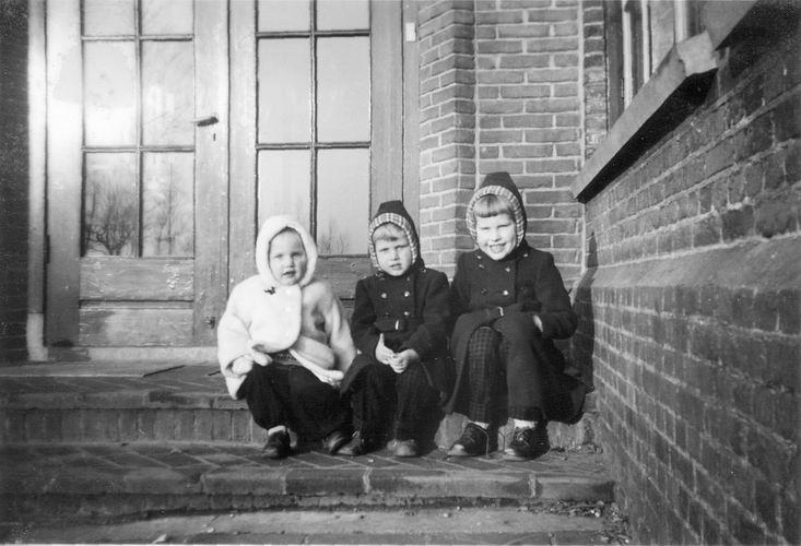 11 Wies Henk 1957 Kinderen bij school 7 in Rijsenhout