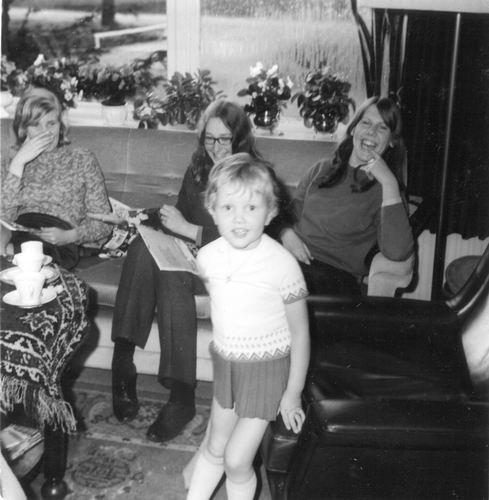 11 Wies Henk 1968 Nelleke op een Verjaardag