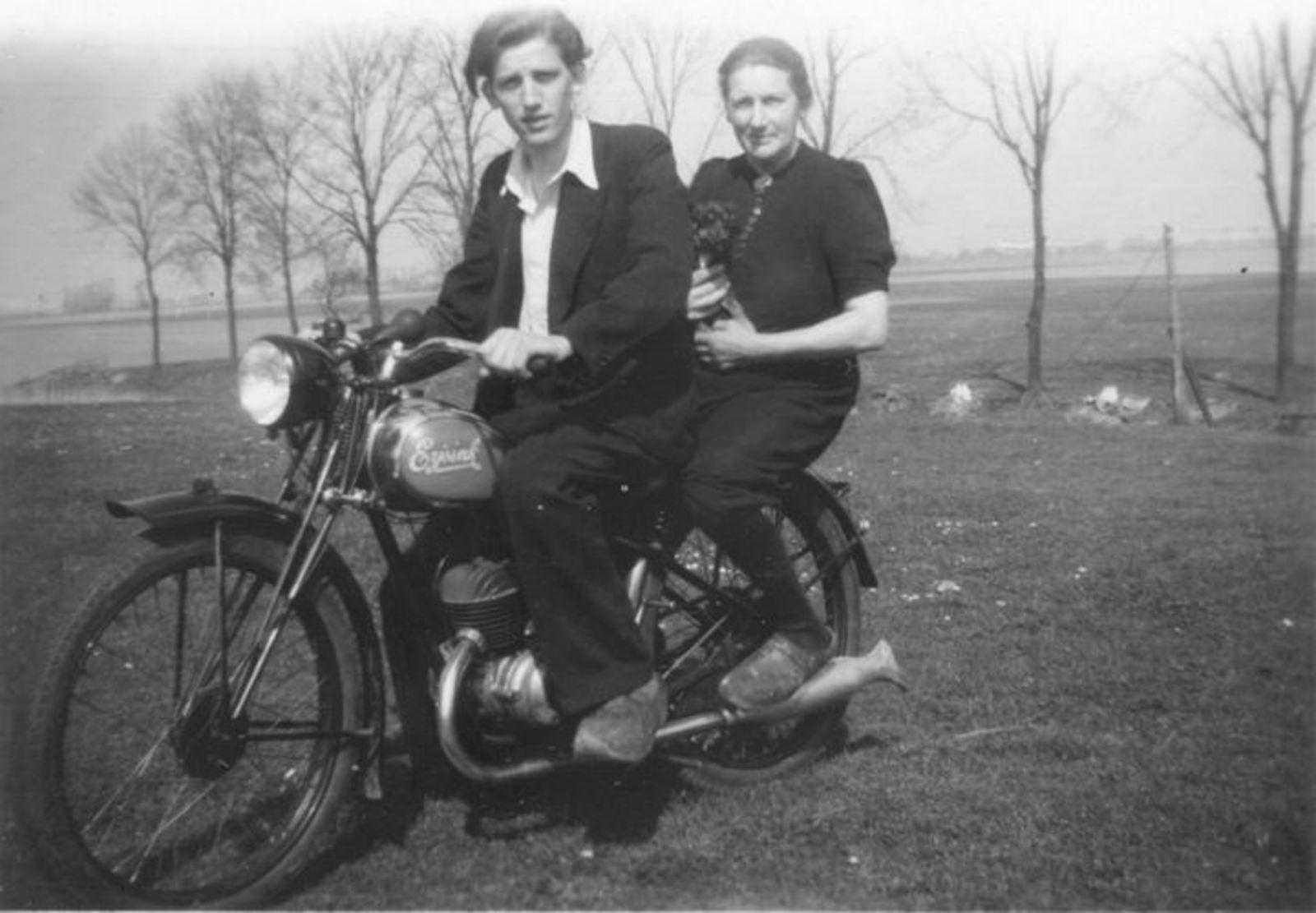 11 Wies Henk 1946± op motor Eijsink met Opoe bij Genie