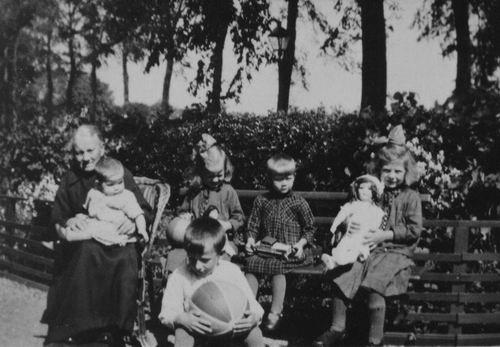23 Wies Klazina Pdr 1932 met Kleinkinderen dochter Klazina v Laar