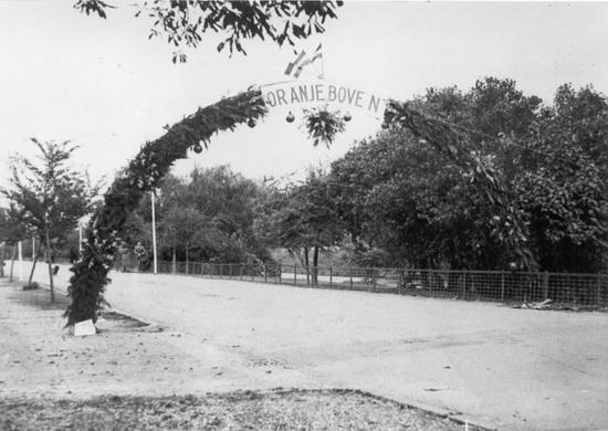 Hoofdweg W 067_ Raadhuislaan Bevrijdingsfeest 194509 Bevrijdingspoort