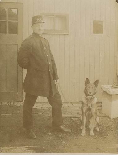 <b>ZOEKPLAATJE:</b>Onbekend Postbode met Hond 1923±