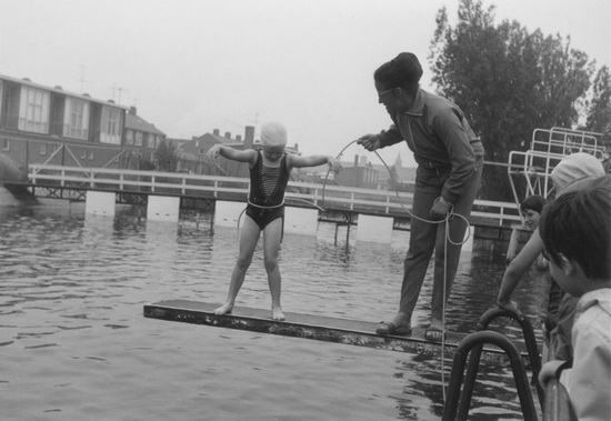 Zwembad 1967 Ernée Wubbe krijgt zwemles