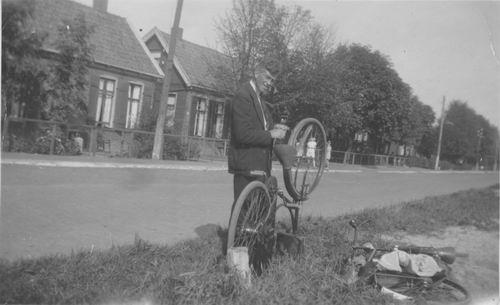 Aalsmeerderdijk 0266-264 1949 met Chris Groeneweg bij de Fiets