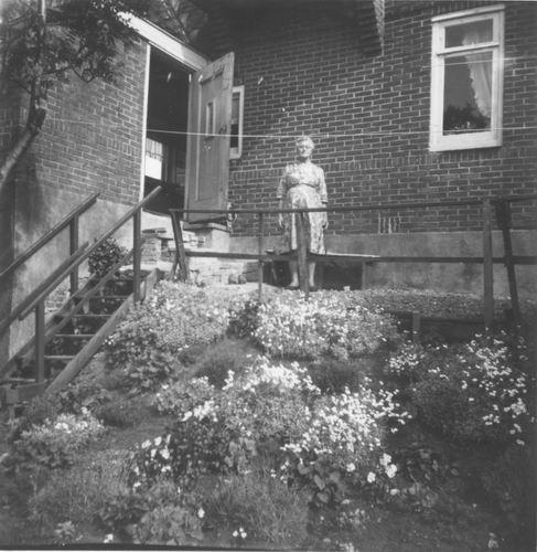Aalsmeerderdijk 0117 1964 met Oma Stofberg 02