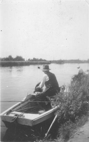 Aalsmeerderdijk 0138 Overzijde 1947± met vissende Arie Resoort