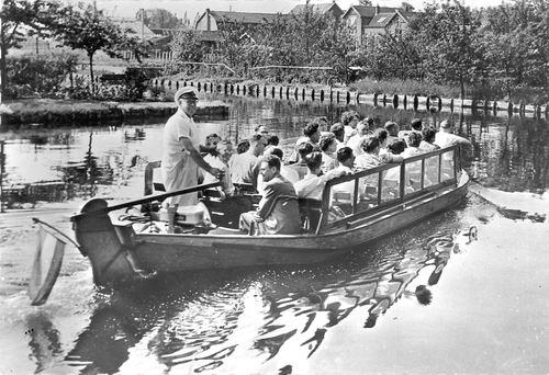 Aalsmeerderdijk 0673 1957 Rondvaarten door Arie Maarse
