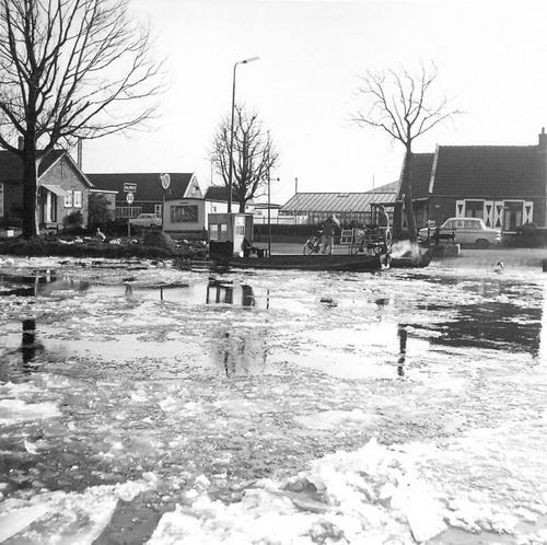 Aalsmeerderdijk 067_ 1972 Pontje Uiterweg met Jan H Schijff 01
