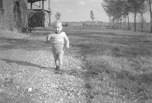 Aalsmeerderweg O 0228 1957 Boerderij Bakker met Henk Vogel