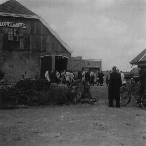 Aalsmeerderweg W 0029 1945 Mannen bij Loevestein 01