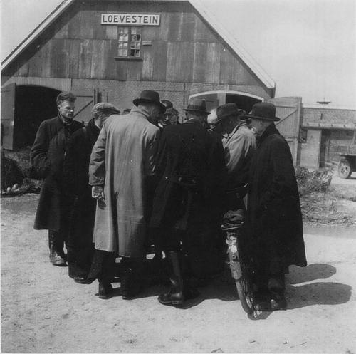 Aalsmeerderweg W 0029 1945 Mannen bij Loevestein 02