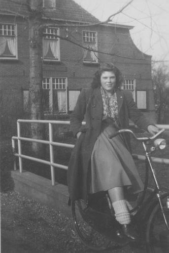 Aalsmeerderweg W 0425 1950 met Riek v Elderen op de Fiets