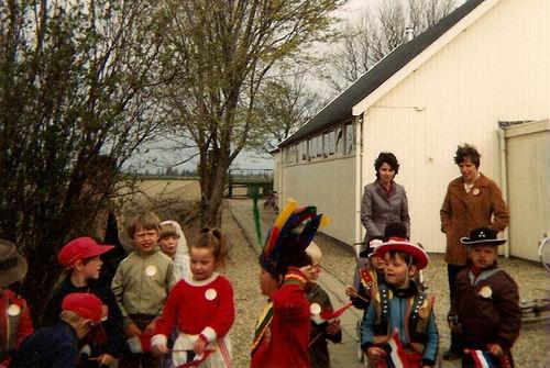 Aalsmeerderweg W 0463a 1982 Kleuterschool kinderen bij Noodgebouw Maranatha Kerk