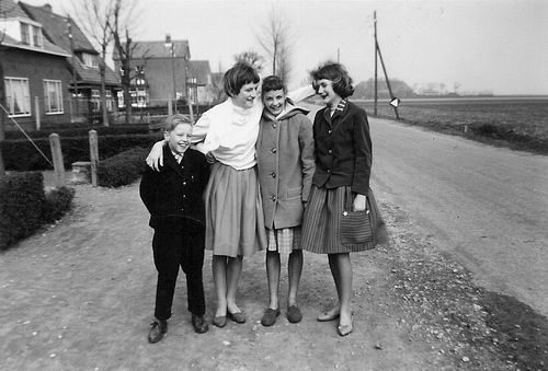 Aalsmeerderweg W 0467a 1960 met Arie Hoogeveen en Buurtmeiden