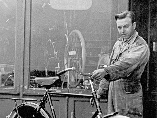 Akerdijk 0016 1955 met Rijwielhersteller Adriaan Volger