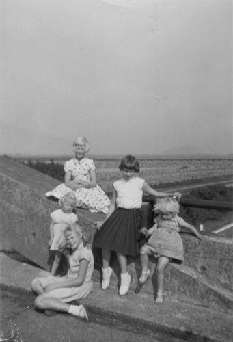 Baars Elly 1958 met meisjes vd Berg op Rijkswegviaduct Abbenes