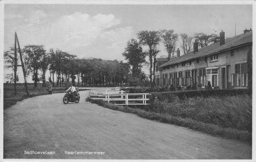 Badhoevelaan Z 0002+ 1925 met motorrijder Piet van t Hooft