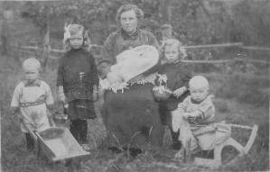 Bakker-Rijkelijkhuizen 1916 Oma en gezin buiten