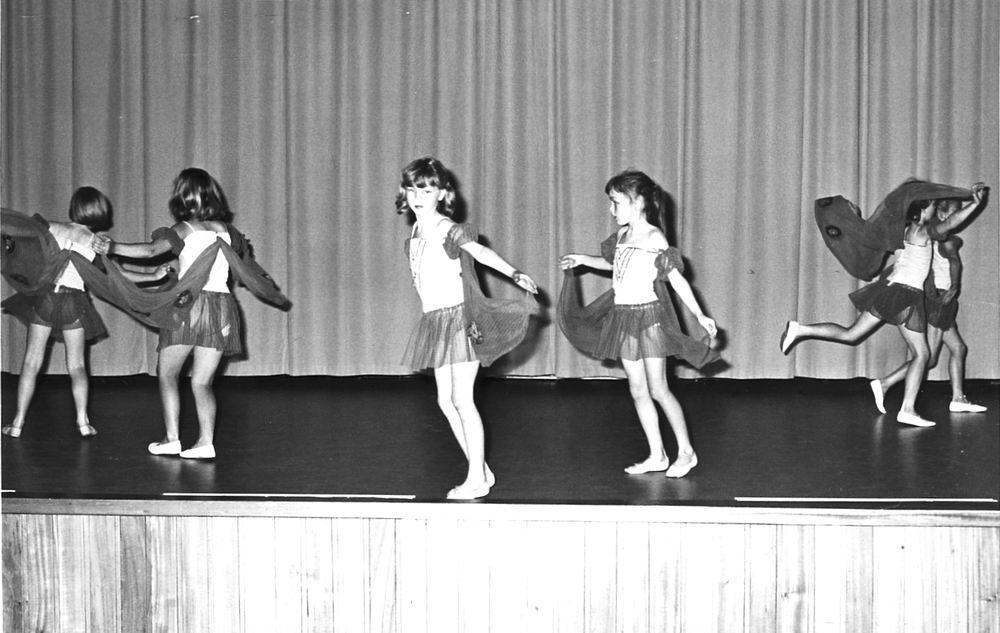 Ballet Studio Helma Bouwman 1966 Uitvoering in LTS Hoofddorp 01