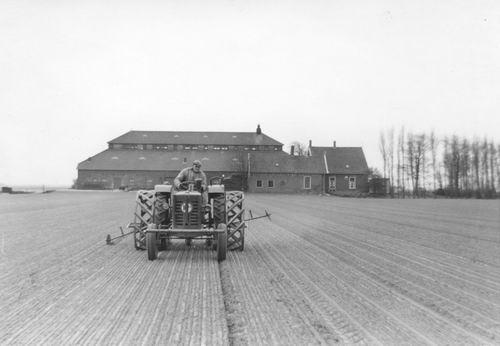 Bennebroekerweg_N_0521_1962_met_Teun_Meinster_op_Tractor