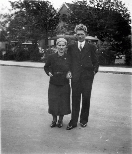Berbiers Frans 1917 1938 met Leentje Bliek bij Bushalte Marktplein