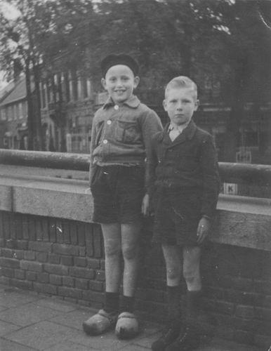 Berbiers Nico 1939 1947 met Maarten Oldenburg op Hoofdvaartbrug