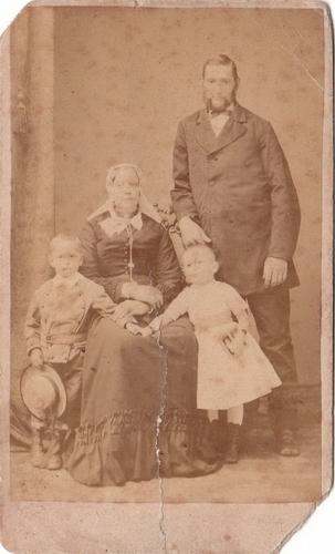 Bertels Johann Hermann 1879 Gezinsfoto bij Fotograaf