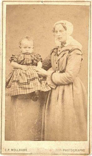 Bertels-vd Lans Maria Theodora 1884 met baby Ignatius