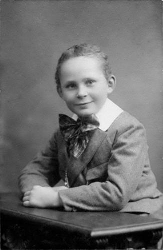 Biesheuvel Arie J C Czn 1914 19__ bij Fotograaf 02