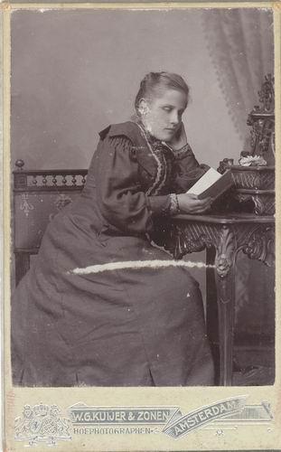 Biesheuvel Hillegonda 1886 19__ bij Fotograaf