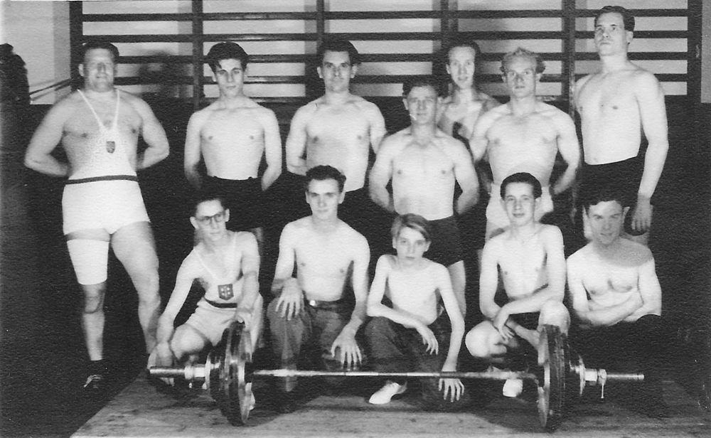 <b>ZOEKPLAATJE:</b>&nbsp;Bliek Toon 1914 19__ met Onbekende Gewichtheffers