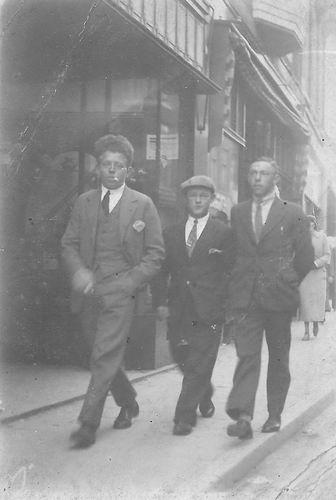 <b>ZOEKPLAATJE:</b>Bliek Toon 1914 19__ met Onbekende Vrienden in de Stad