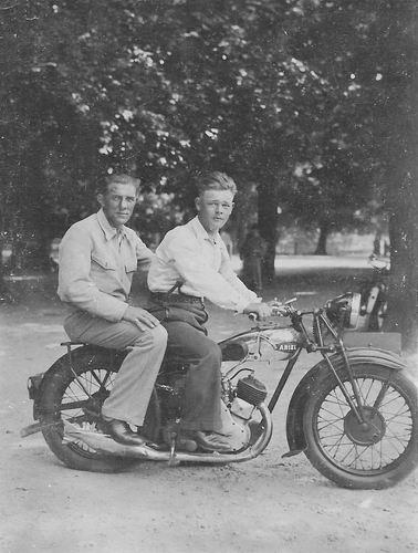 <b>ZOEKPLAATJE:</b>Bliek Toon 1914 19__ op Motor met Onbekend