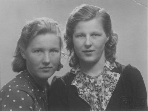Bliek Leentje 1940 met zus Koosje