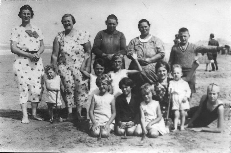 Bliek-Verschoor Magdalena 19__ met kinderen op Strand