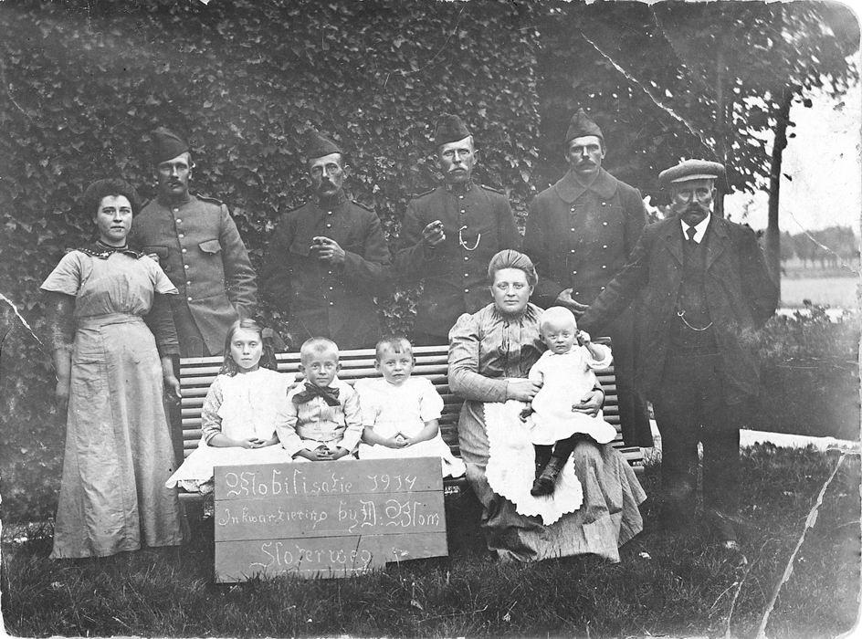 Blom Dirk 1872 1914 Gezinsfoto met ingekwartierde soldaten tijdens Mobilisatie