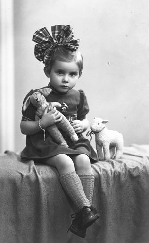Blom Gonnie 1943 194_ Kleuter bij Fotograaf