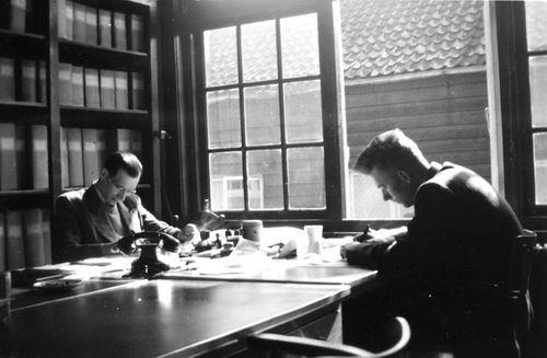 Boef Jacobus den 1950 op kantoor Sociale Zaken met M Steijnis