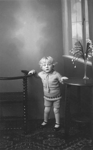 <b>ZOEKPLAATJE:</b>Bos Onbekend Kind bij Fotograaf met tekst Oom Arie