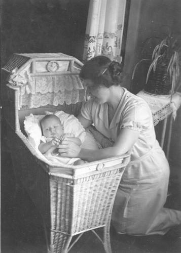 <b>ZOEKPLAATJE:</b>Bos Onbekend Vrouw bij Baby in Wieg