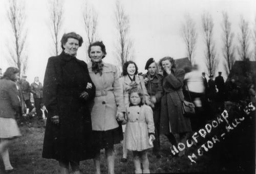 Bosman Oma 1946 met dochter Zwaan en fam Stolk op Motorevenement