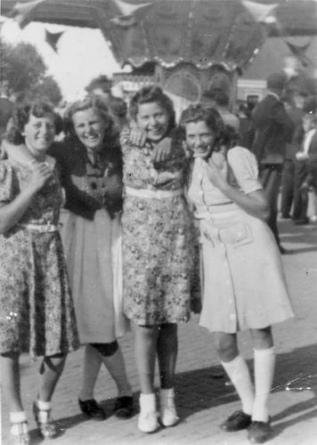 Bosman Zwaan 1941 op Concours Hippique met dames Selis de Koning Bakker