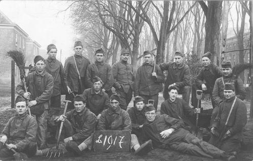 <b>ZOEKPLAATJE:</b>Breure Onbekend 1917 Militairen met Scheppen 377