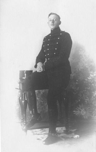 <b>ZOEKPLAATJE:</b>Breure Onbekend 1920 Militair in Huzaren Uniform 370