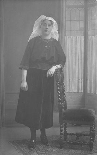 <b>ZOEKPLAATJE:</b>Breure Onbekend 1923 Dame bij Fotograaf